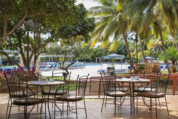 Área de la piscina del hotel Occidental Miramar