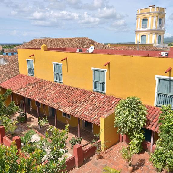 edificio colonial color amarillo con tejas