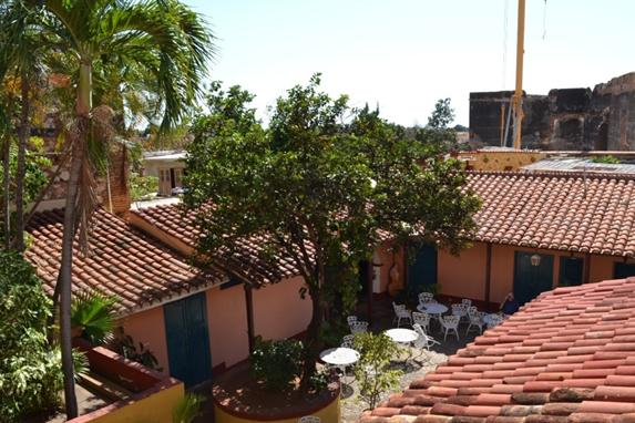 techo con tejas coloniales y árboles