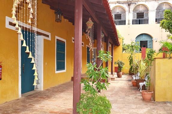 terraza colonial con tejado y sonajeros coloniales