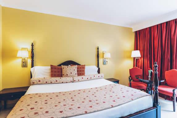 habitación colonial con mobiliario de madera