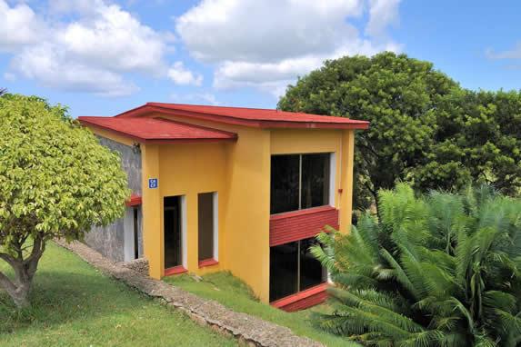 cabaña color amarillo con tejado rojo