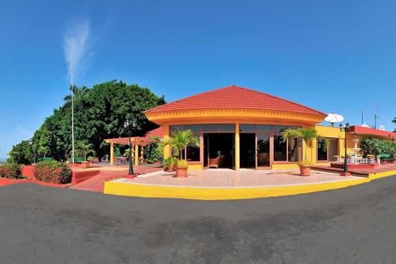 edificio color amarillo con tejas color rojo