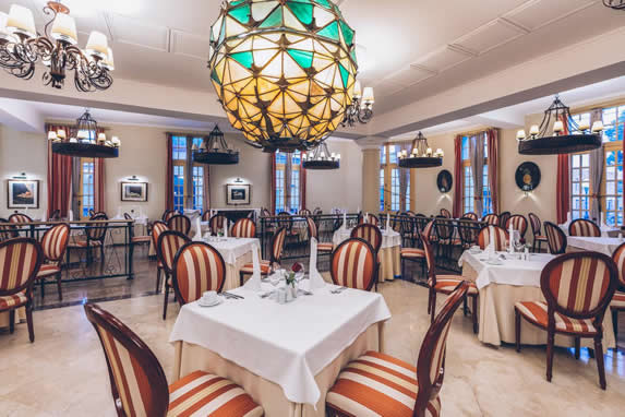restaurante con mobiliario de madera y lámparas