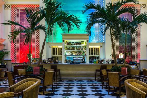 Vista del bar del hotel Saratoga
