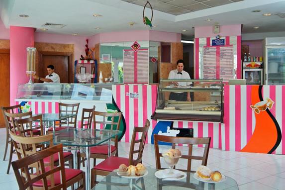 Colorida decoración en la dulceria del hotel
