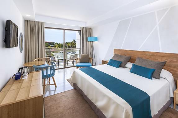 Habitación con cama matrimonial en el hotel