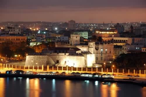 Vista de la fortaleza de noche, La Habana, Cuba