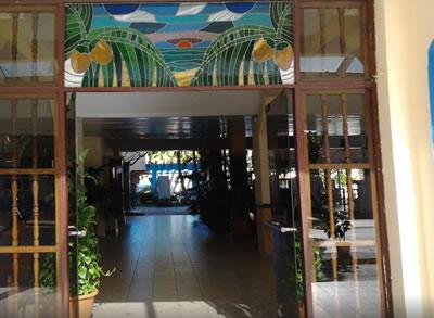 Entrada del Hotel Club Tropical
