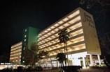 Vista nocturna del hotel Jagua