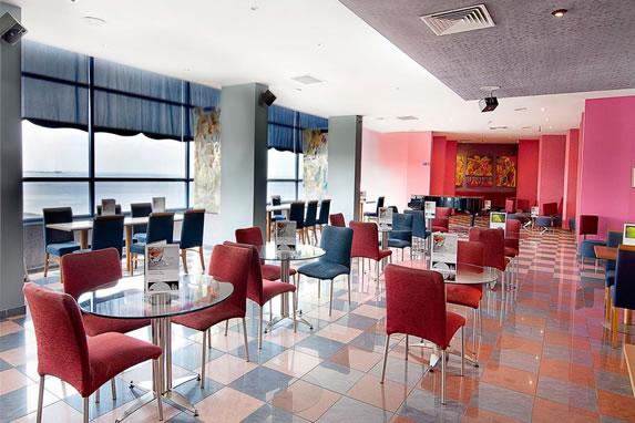 Cafetería con vistas al mar en el hotel