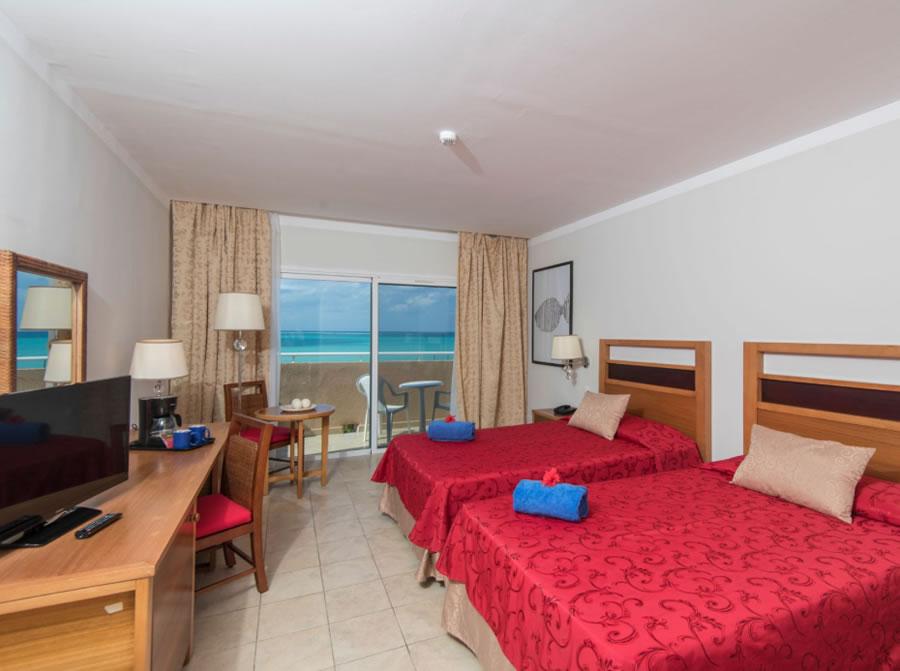 Foto de habitación doble con balcón y vista al mar