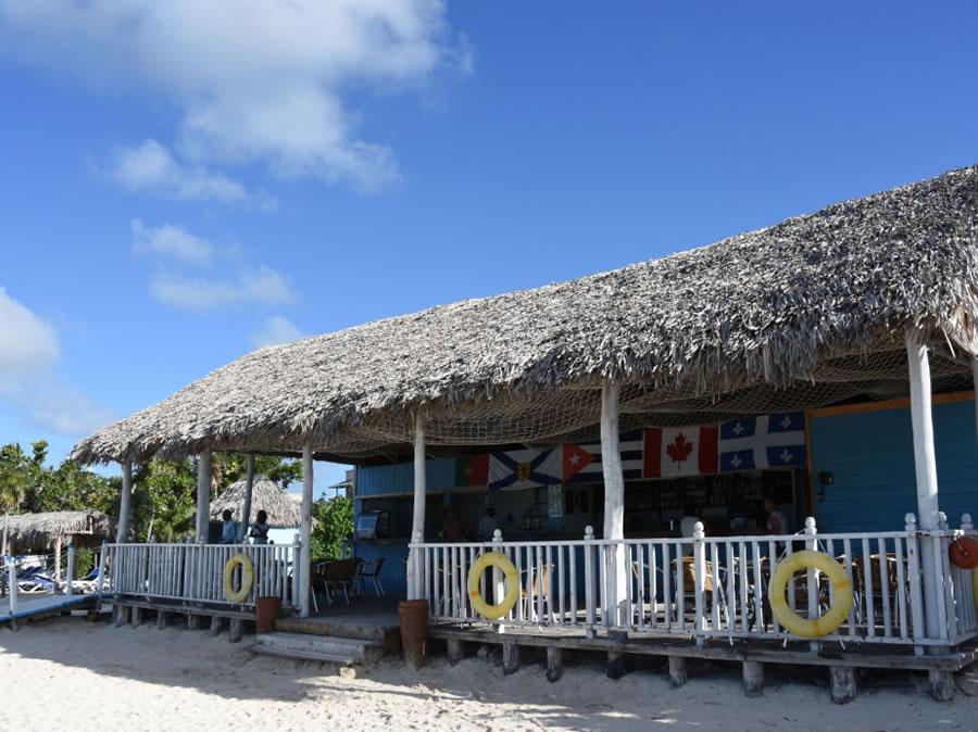 Ranchón del hotel en la playa