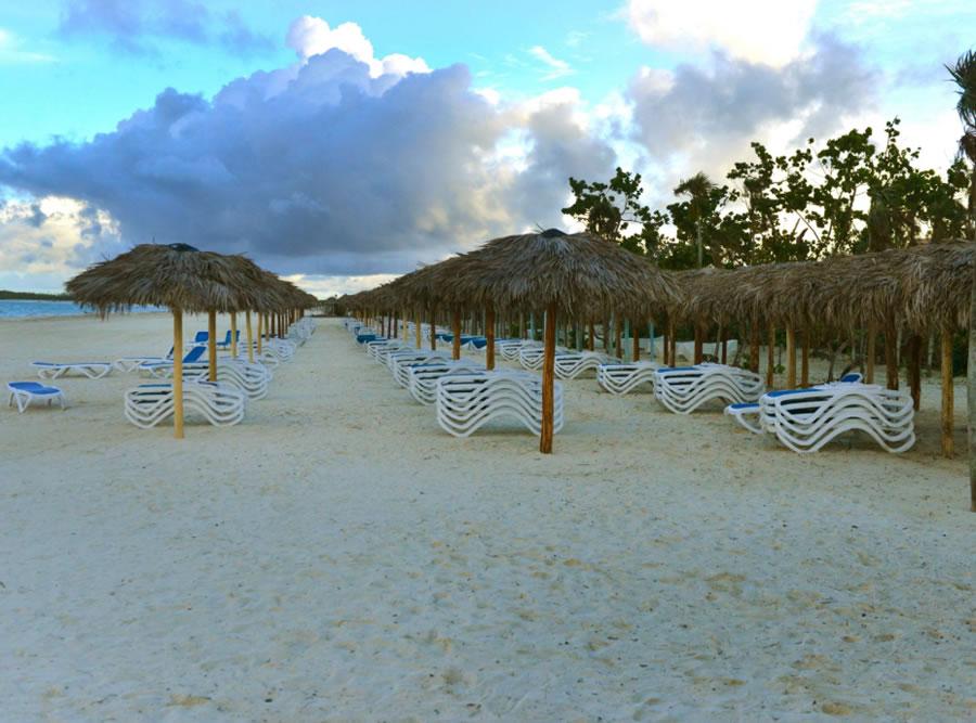 Vista de la playa privada del hotel con sombrillas