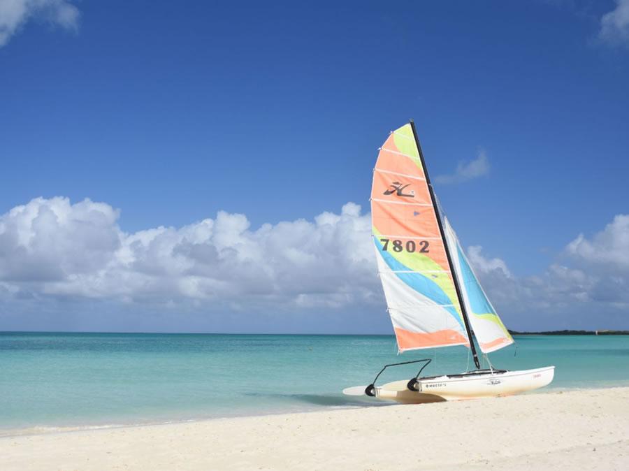 Vista de la playa con catamaran en la orilla