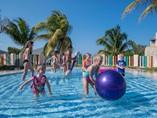 niños jugando en piscina para niños