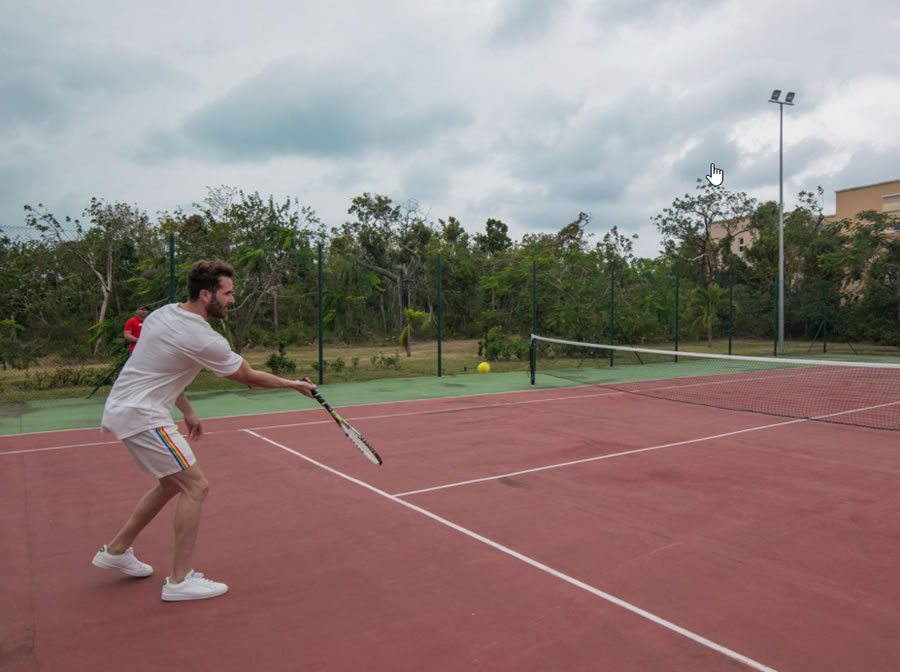 Jugador de tenis en campo de tenis del hotel