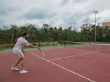 guest playing tennis at the hotel´s tennis court