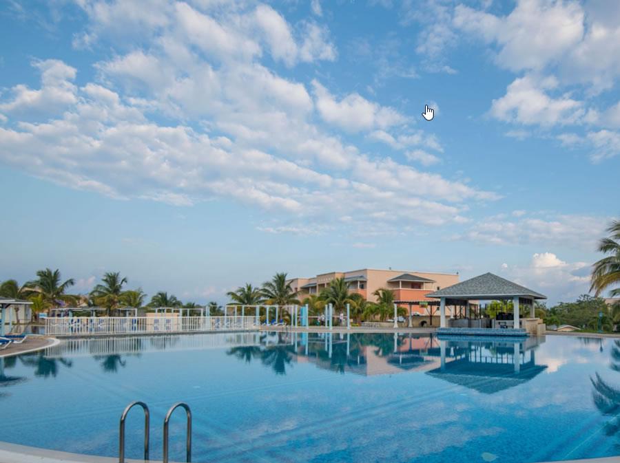 Vista amplia de piscina del hotel
