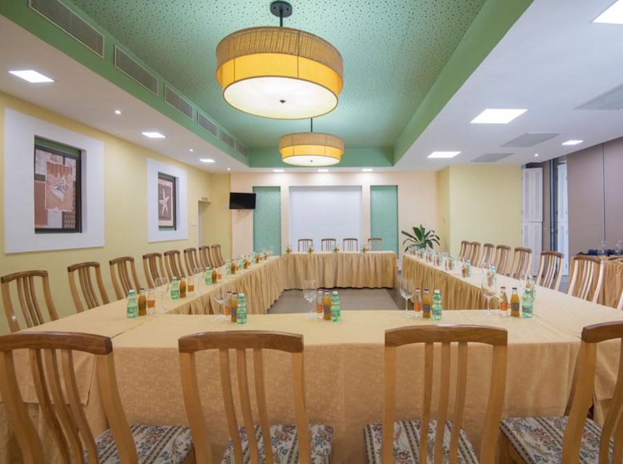 Vista de mesa de reuniones en salón del hotel