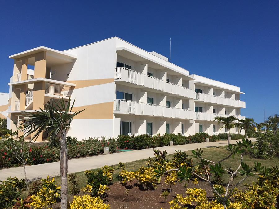 Vista del edificio y jardines del hotel