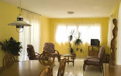 Interior de la habitación en Villa Los Pinos