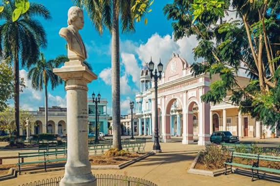 Escultura situada en un parque en Cienfuegos