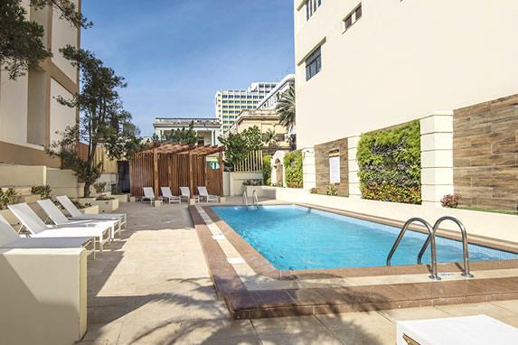 mesas alrededor de la piscina del hotel