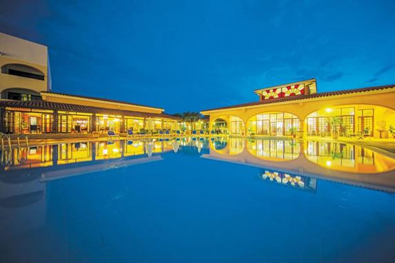 Vista nocturna de la piscina del hotel