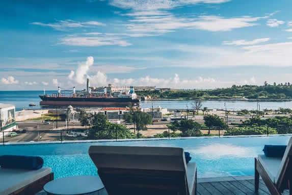 Piscina con vista al Malecón de la Habana
