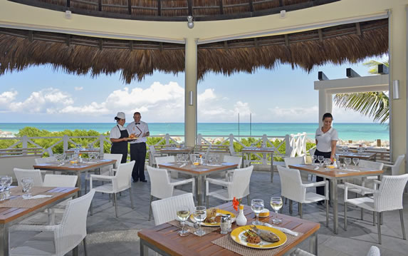 Restaurant with sea views in the hotel