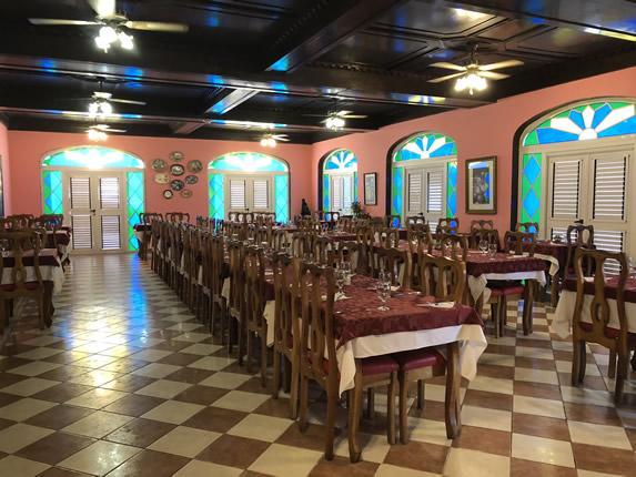 restaurante con mobiliario de madera y vitrales