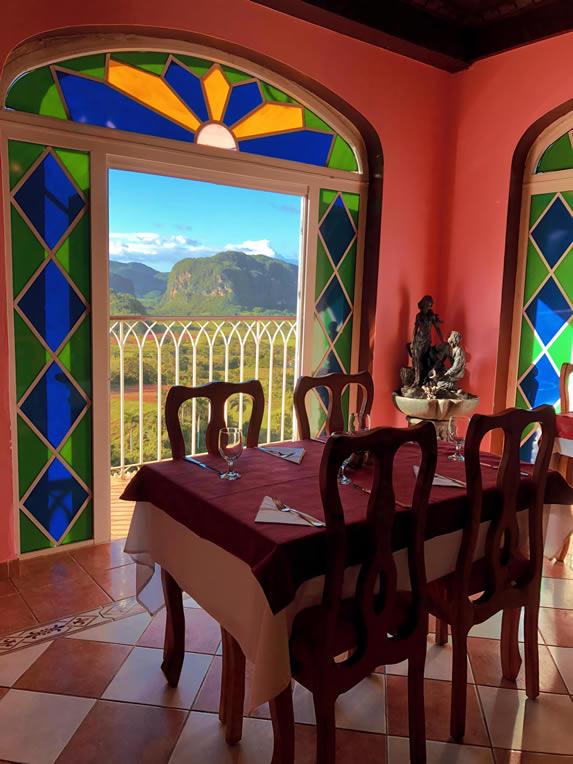restaurante con ventanas con vista a las montañas