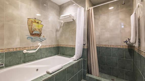 Baño con bañera de la habitacion del hotel