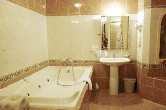 Room bathroom at the Conde de Villanueva hotel