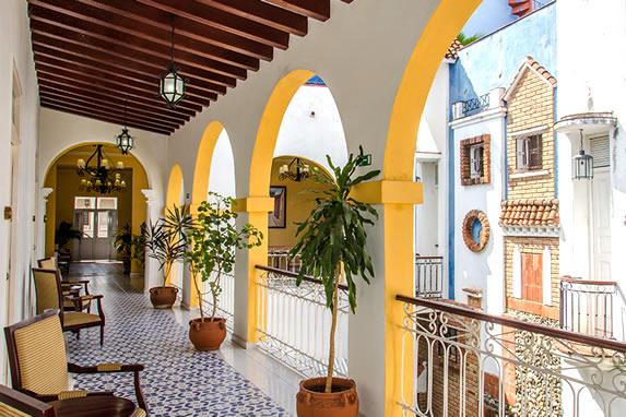 balcones con mobiliario y plantas decorativas