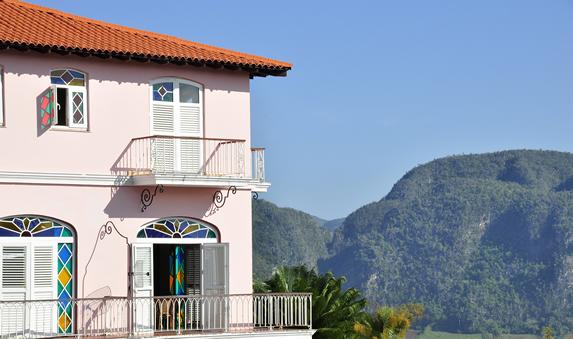 fachada del hotel rodeado de montañas