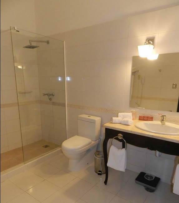 baño de color blanco de la habitación
