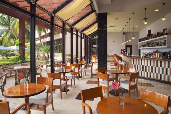 Mobiliario de madera en el bar del hotel
