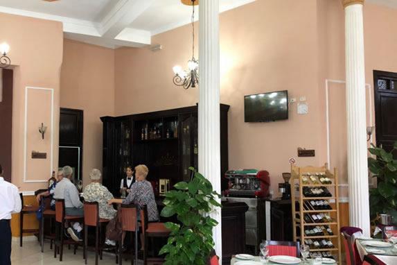 bar del hotel con mobiliario de madera antiguo