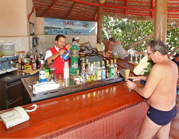 bar con barra de madera bajo techo de guano