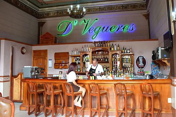 bar con barra de madera y cartel luminoso al fondo