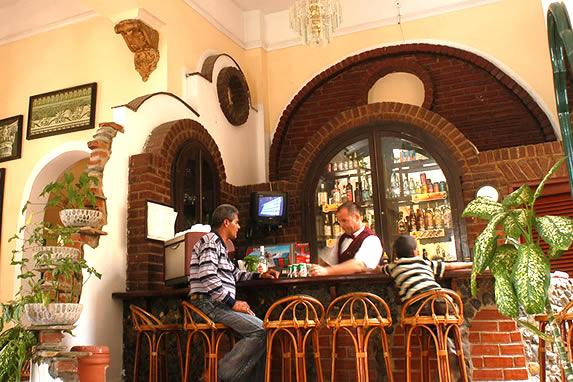 bar con barra de madera y ladrillo