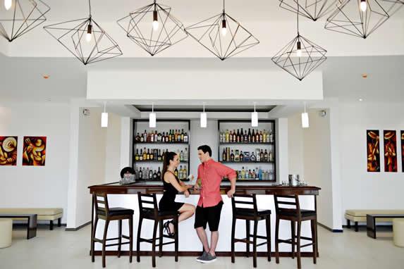 bar con barra y taburetes de madera