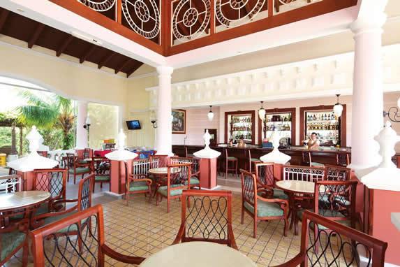 lobby bar con barra de madera y mobiliario