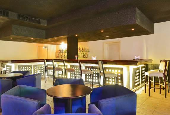 bar con barra iluminada y mobiliario nocturno
