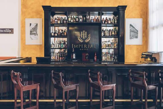 bar con barra de madera antigua y banquetas