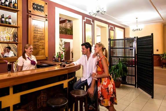 turistas en la barra de madera del bar