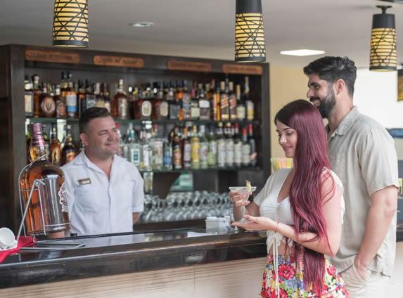 turistas disfrutando de un trago en la barra