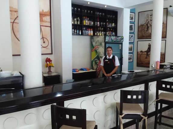 bar con barra de madera y taburetes